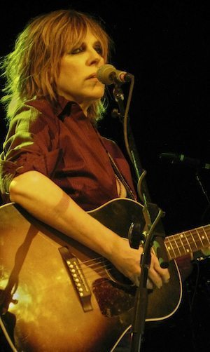 Lucinda_Williams_&_guitar