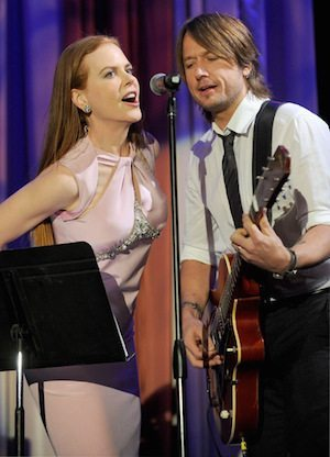 Nicole-and-Keith-sing-for-Simon-Baker-nicole-kidman-9966341-433-600