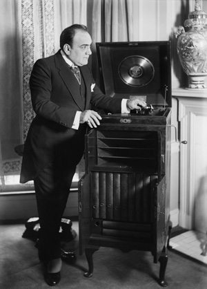 Caruso-With-Victor-Talking-Machine
