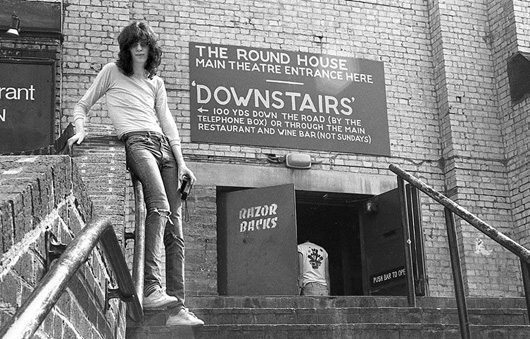 Joey Ramone outside the Roundhouse 1976 - 530