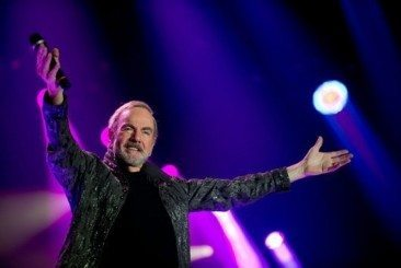 Neil Diamond Hits The Road To Celebrate 50 Years