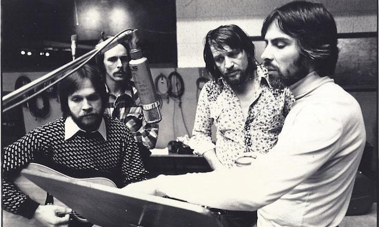 Recording White Mansions – From left: John Dillon, Steve Cash, Waylon Jennings, Glyn Johns