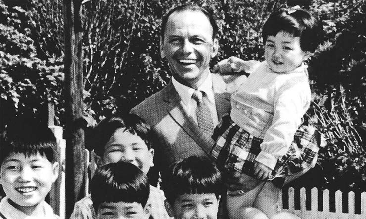 Frank Sinatra with kids in Japan 1982 web optimised 740