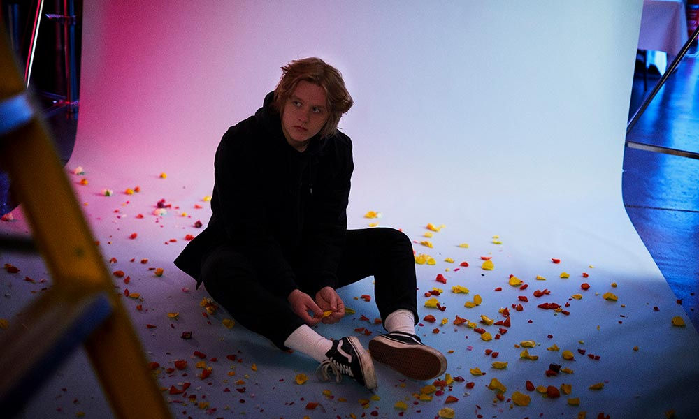 Lewis Capaldi Bruises press shot 01 1000
