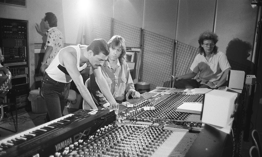 Freddie Mercury With Mack 01 1000