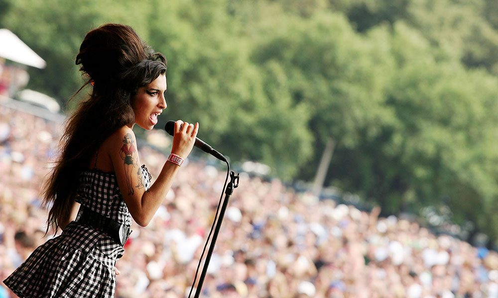Amy Winehouse performs live